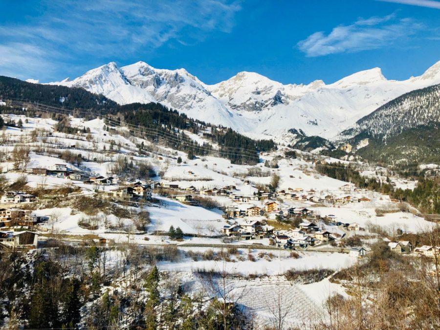 Unterwegs mit der Arlbergbahn: Blick aus dem Fenster auf die umliegenden Berge